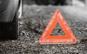 Camion dei rifiuti scoperchia tre auto con la gru, un morto