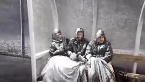 YOUTUBE Islanda, bufera in campo: giocatori in panchina sepolti da neve e ghiaccio