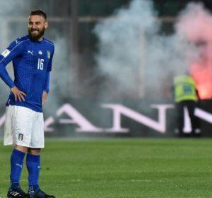 Italia-Albania, petardi lanciati in campo. Gara sospesa per 8 minuti: ferito uno steward