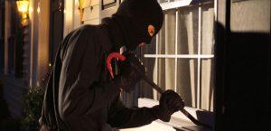 Scopre ladro in casa: bimbo di 10 anni steso con un pugno in testa