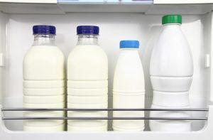 Latte, sai dove conservarlo? Ecco qual è il posto in frigo e no...non è lo sportello laterale