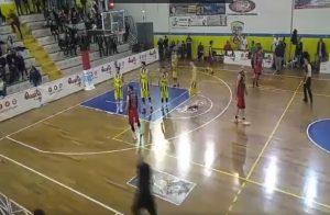 Lecce, incappucciati invadono campo con spranghe durante la partita di basket VIDEO