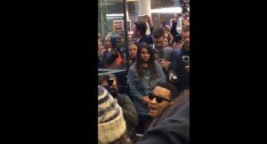 John Legend suona il piano a sorpresa alla stazione di Londra