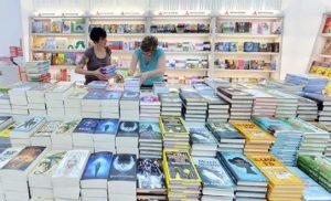 Libri, tutti scrivono, nessuno legge: 4mila copie fa best seller!