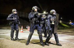 "Lille, spari fuori la metro. Media francesi: ""Scontro tra gang"""
