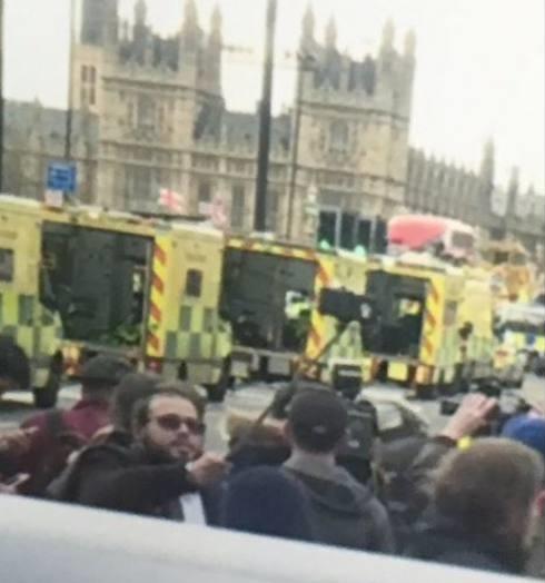 Attentato Londra, uomo si scatta selfie sul luogo della strage