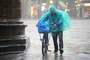 Meteo, ancora pioggia, neve e temporali fino all'8 marzo: tornano freddo e venti forti