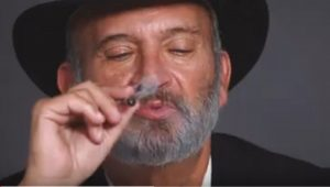 Rabbino, prete e ateo fumano insieme marijuana: ecco cosa accade dopo