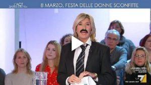 Myrta Merlino con i baffi in diretta tv il giorno della Festa della Donna