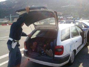 Genova, 15 immigrati clandestini stipati nel bagagliaio di due auto
