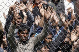 Migranti, profugo siriano si dà fuoco in un campo di accoglienza