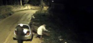"""Comiso, VIDEO riprende chi abbandona spazzatura in strada su note """"Siam tre piccoli porcellin"""""""