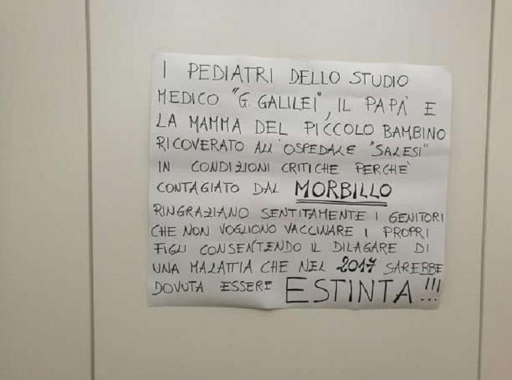 """Morbillo, il cartello polemico dei genitori di un bimbo ricoverato: """"Grazie a chi non fa i vaccini"""""""