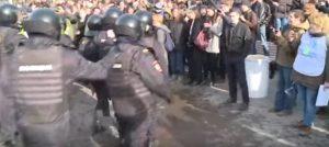 Mosca, manifestazione contro la corruzione: polizia carica, 500 fermi