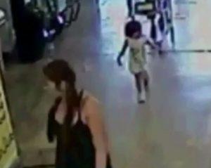 Entra al supermercato e abbandona la figlioletta di 2 anni