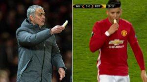 YOUTUBE Mourinho e la banana per Rojo durante la partita del Manchester