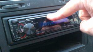 Ascoltare musica alta in auto? E' reato