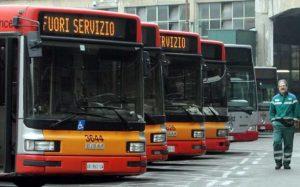 Napoli, quinto giorno disagi: bus guasti, meno di un terzo in strada. Aggredita un'autista