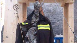 Norcia: statua di san Benedetto intatta con la divisa da pompiere FOTO