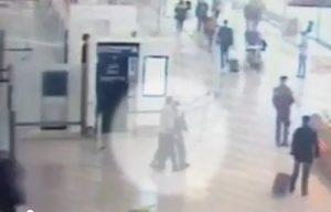 YOUTUBE Attacco Orly: il momento in cui Belgacem aggredisce la soldatessa