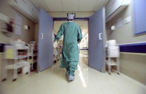 Diagnosi sbagliata, medici recidono intestino ad una diciottenne