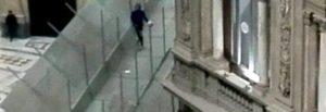 Napoli, Galleria Umberto I: baby calciatori si arrampicano sulle impalcature per recuperare il pallone