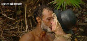 Isola del Famosi, Paola Barale sbarca in Hondura e scatta il bacio con Raz Degan