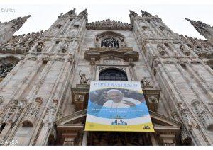 """Don Luca Raimondi: """"Sono io che ho fatto le corna alla messa di Papa Francesco"""""""