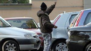 Parcheggiatori abusivi, ipotesi carcere fino a 3 anni: la multa non basta