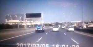 YOUTUBE Pickup sbanda e si scontra contro un taxi: le drammatiche immagini