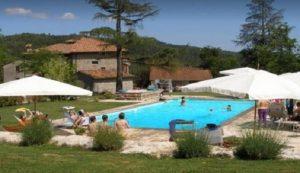Arezzo, bimbo di 16 mesi scivola in piscina: un giovane si tuffa e lo salva