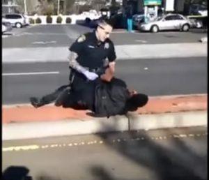 Uomo con disturbi mentali brutalmente picchiato da poliziotto VIDEO choc