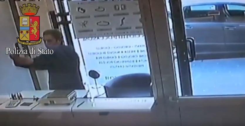 Commessa blocca porta Compro oro e fa arrestare rapinatore
