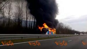 YOUTUBE Pullman a fuoco in autostrada, le incredibili immagini