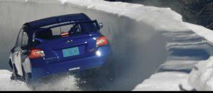 Subaru da rally sulla pista ghiacciata riservata ai bob