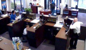 YOUTUBE Agente uccide il rapinatore: niente processo, dichiarato eroe