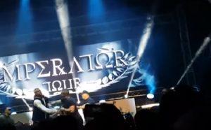 YOUTUBE Rapper Kollegah dà un pugno al fan che è salito sul palco