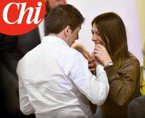 Matteo Renzi, baci e abbracci con una misteriosa sostenitrice a Firenze FOTO