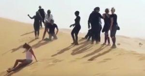 Rod Stewart simula decapitazione Isis nel deserto con gli amici: oltraggio e scuse