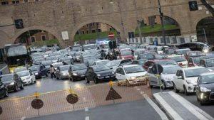 Roma, caos traffico in centro tra sit in e manifestazioni: Lungotevere paralizzato