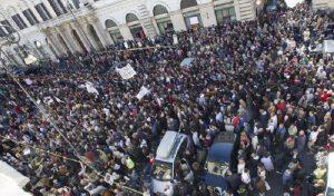 Roma bloccata dai cortei. Appello a Minniti: proibisca le manifestazioni, le sposti fuori città