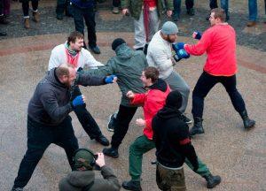 Holligan russi si picchiano in strada tipo Street Fighter
