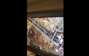 YOUTUBE Hong Kong, scala mobile cambia senso di marcia al Langham Place: paura e feriti