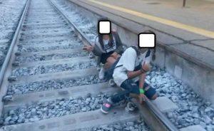 YOUTUBE Selfie col treno in corsa: comportamenti pericolosi sui binari VIDEO polizia