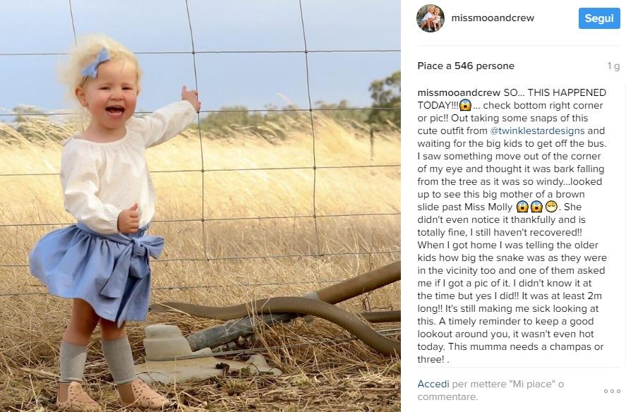 La madre fotografa sua figlia mentre il serpente letale la sfiora 01