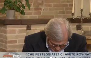"""Vittorio Sgarbi si addormenta in diretta tv, conduttore: """"È ancora vivo?"""" VIDEO"""