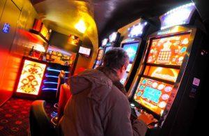 Imprenditore brucia 300 mila euro alle slot e rapina la sala da gioco