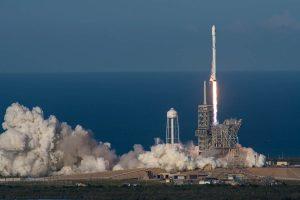 """YOUTUBE Space X lancia in orbita il primo razzo """"riciclato"""": nuovo traguardo per Elon Musk"""