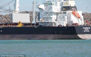 Peschereccio colpisce nave merci al porto: squarcio lungo 4 metri
