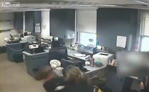 YOUTUBE Donna rischia di soffocare: la poliziotta fa la manovra di Heimlich e la salva
